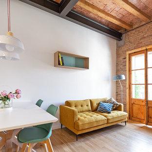 Foto de sala de estar abierta, industrial, con paredes blancas, suelo de madera clara y suelo beige