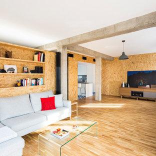 他の地域の大きいインダストリアルスタイルのおしゃれなファミリールーム (無垢フローリング、暖炉なし、据え置き型テレビ、茶色い壁) の写真