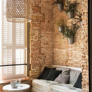 Modelo de sala de estar abierta, romántica, de tamaño medio, sin chimenea y televisor, con suelo de madera en tonos medios
