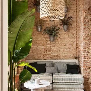 他の地域の小さいシャビーシック調のおしゃれなファミリールーム (茶色い壁、無垢フローリング、暖炉なし、テレビなし) の写真