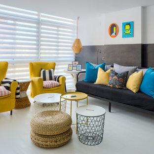 Diseño de sala de estar escandinava con paredes grises y suelo gris