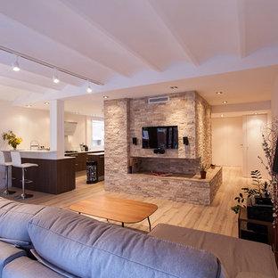 Foto di un soggiorno design di medie dimensioni e aperto con pareti beige, parquet chiaro, camino lineare Ribbon, cornice del camino in pietra, TV a parete e pavimento beige