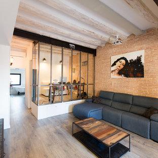 Mittelgroßes Industrial Wohnzimmer ohne Kamin mit oranger Wandfarbe und hellem Holzboden in Barcelona
