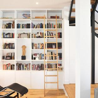 Foto de sala de estar contemporánea con paredes blancas, suelo de madera en tonos medios y suelo marrón