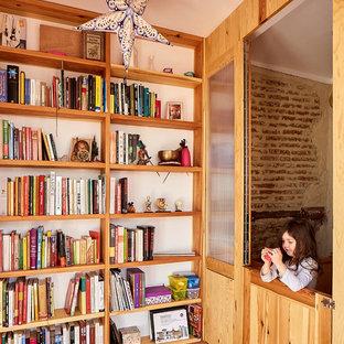 Foto de sala de estar mediterránea con paredes blancas, suelo de baldosas de terracota y suelo rojo