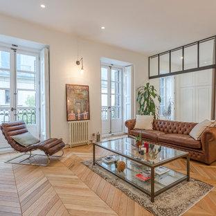 Aménagement d'une grande salle de séjour classique fermée avec un mur blanc, un sol en bois brun, aucun téléviseur et un sol marron.