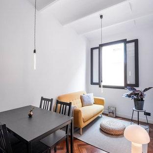 Foto de sala de estar abierta, actual, con paredes blancas y suelo de madera en tonos medios