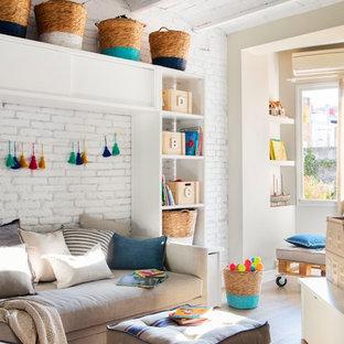 Imagen de sala de estar marinera, sin chimenea, con paredes blancas y suelo de madera en tonos medios
