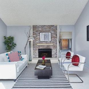 ロサンゼルスの中サイズのエクレクティックスタイルのおしゃれなファミリールーム (ライブラリー、青い壁、ラミネートの床、標準型暖炉、レンガの暖炉まわり、テレビなし、グレーの床) の写真