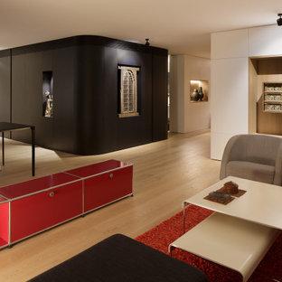 アリカンテの広いコンテンポラリースタイルのおしゃれなオープンリビング (黒い壁、無垢フローリング、茶色い床) の写真