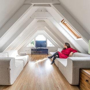 Ejemplo de sala de estar cerrada, nórdica, de tamaño medio, sin chimenea, con paredes blancas, suelo de madera en tonos medios y televisor independiente
