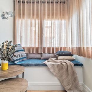 Diseño de sala de estar actual, pequeña, con paredes blancas, suelo de madera en tonos medios y suelo marrón