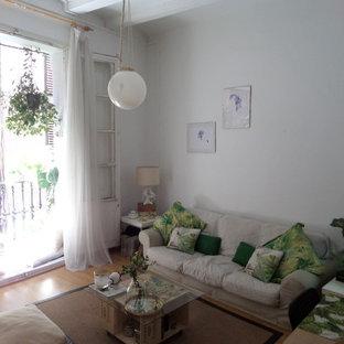バルセロナの小さいトロピカルスタイルのおしゃれなファミリールーム (白い壁、無垢フローリング、暖炉なし、テレビなし) の写真