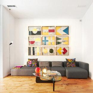 Ejemplo de sala de estar contemporánea con paredes blancas, suelo de madera en tonos medios y suelo marrón