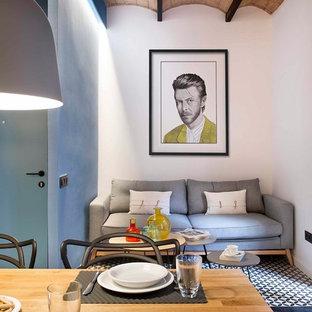 Modelo de sala de estar abierta, marinera, pequeña, con paredes multicolor y suelo multicolor