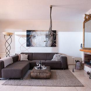 Ejemplo de sala de estar mediterránea con paredes blancas y suelo beige