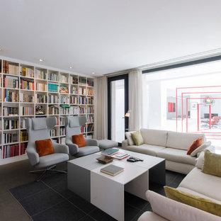 マドリードの中くらいのコンテンポラリースタイルのおしゃれなファミリールーム (ライブラリー、白い壁、コンクリートの床、テレビなし、暖炉なし) の写真