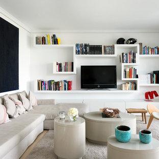 Diseño de sala de estar con biblioteca abierta, contemporánea, pequeña, sin chimenea, con paredes blancas, televisor independiente y moqueta