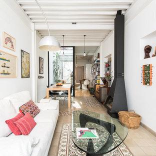 Modelo de sala de estar abierta, bohemia, grande, con paredes blancas, suelo de baldosas de cerámica, estufa de leña, suelo beige y marco de chimenea de metal