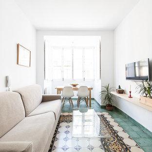 Diseño de sala de estar cerrada, mediterránea, sin chimenea, con paredes blancas, suelo de baldosas de cerámica, televisor colgado en la pared y suelo multicolor