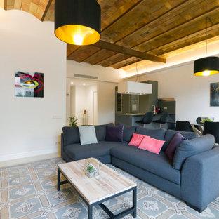 Imagen de sala de estar abierta, contemporánea, de tamaño medio, con paredes blancas, suelo de baldosas de cerámica y televisor independiente
