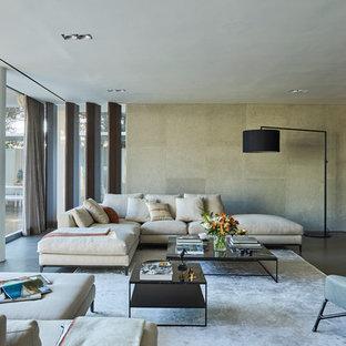 Diseño de sala de estar abierta, actual, con paredes grises y televisor colgado en la pared