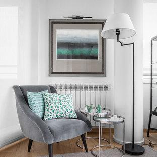 Idée de décoration pour une salle de séjour design de taille moyenne et ouverte avec un mur blanc, un sol en bois clair, aucun téléviseur et un sol jaune.