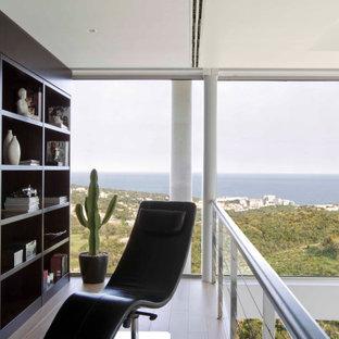 Imagen de sala de estar abierta, actual, de tamaño medio, con paredes blancas, suelo de madera en tonos medios y suelo marrón