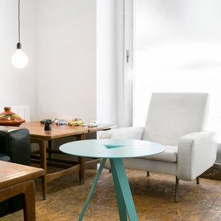 Mittelgroßes, Fernseherloses, Abgetrenntes Retro Wohnzimmer ohne Kamin mit weißer Wandfarbe und Sperrholzboden in Valencia