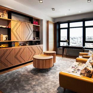 Foto de sala de estar con biblioteca cerrada, retro, extra grande, sin televisor, con paredes blancas, suelo de madera en tonos medios y suelo marrón