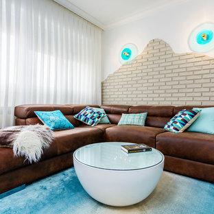 Foto de sala de estar actual con paredes blancas y suelo turquesa