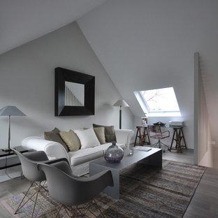 マドリードの中くらいの北欧スタイルのおしゃれな独立型ファミリールーム (マルチカラーの壁、塗装フローリング、暖炉なし、テレビなし) の写真