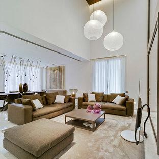 Imagen de sala de estar abierta, contemporánea, con paredes blancas, televisor independiente y suelo blanco