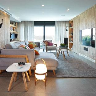Imagen de sala de estar abierta, actual, con suelo de baldosas de cerámica y televisor colgado en la pared