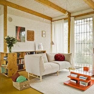 Mittelgroßes, Fernseherloses, Offenes Modernes Wohnzimmer ohne Kamin mit weißer Wandfarbe in Sonstige