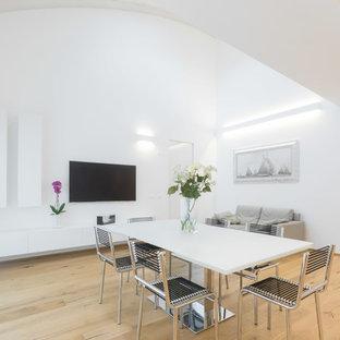 Ispirazione per una sala da pranzo minimal con pareti bianche, parquet chiaro e pavimento beige