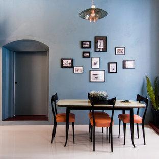 Idee per una sala da pranzo aperta verso il soggiorno contemporanea di medie dimensioni con pareti blu e pavimento in gres porcellanato