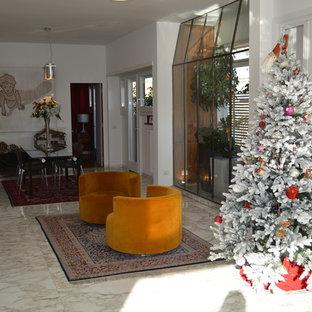 Foto di una sala da pranzo aperta verso il soggiorno contemporanea di medie dimensioni con pareti bianche, pavimento in marmo, camino sospeso, cornice del camino in intonaco e pavimento multicolore