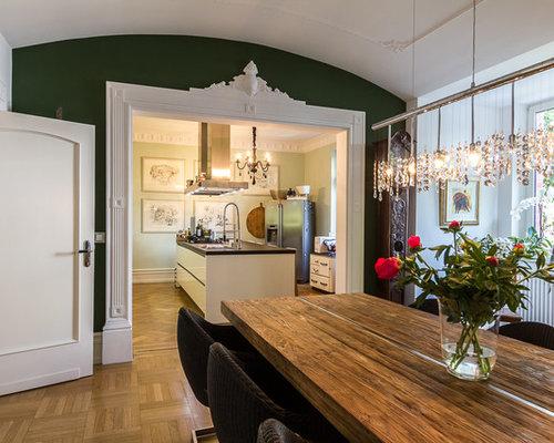 Offenes, Mittelgroßes Modernes Esszimmer Mit Grüner Wandfarbe Und Braunem  Holzboden In Bari