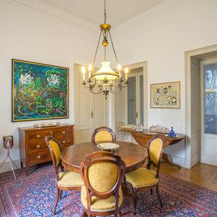 Ispirazione per una grande sala da pranzo aperta verso il soggiorno chic con pareti bianche e parquet chiaro