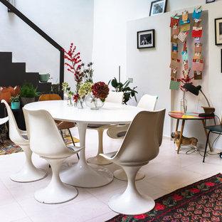 Offenes, Mittelgroßes Modernes Esszimmer mit weißer Wandfarbe, Keramikboden und weißem Boden in Mailand