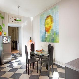 Cette image montre une salle à manger ouverte sur la cuisine design avec un mur beige et un sol multicolore.