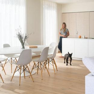 Ispirazione per una grande sala da pranzo aperta verso il soggiorno contemporanea con pareti beige, pavimento in legno massello medio e pavimento beige