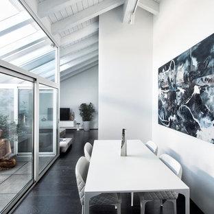 Esempio di una sala da pranzo aperta verso il soggiorno minimal di medie dimensioni con pareti bianche, parquet scuro e pavimento nero