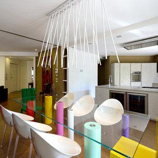Idee per una sala da pranzo aperta verso il soggiorno eclettica con pavimento in legno massello medio, nessun camino e pavimento marrone