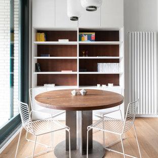 Immagine di una sala da pranzo aperta verso la cucina nordica di medie dimensioni con pareti bianche, parquet chiaro e carta da parati