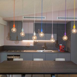 Immagine di una grande sala da pranzo aperta verso il soggiorno contemporanea con pareti rosa e parquet chiaro