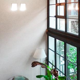 Idee per una sala da pranzo aperta verso la cucina contemporanea di medie dimensioni con pareti bianche, parquet scuro, camino classico, cornice del camino in intonaco e pavimento multicolore