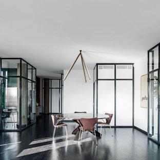 Foto di una sala da pranzo design con pareti bianche, parquet scuro e pavimento marrone
