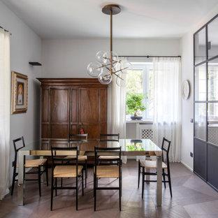 Ispirazione per una sala da pranzo design chiusa con pareti bianche, parquet scuro e pavimento marrone